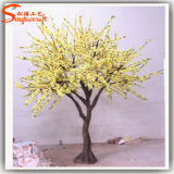 플랜트 인공적인 노란 꽃송이 나무를 정원사 노릇을 하기