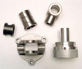 Vari pezzi meccanici di CNC con differenti formati