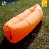 屋外の防水たまり場のスリープの状態である不精な袋の空気ソファーのキャンプ袋