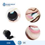 Betätigte Holzkohle-Zahnpasta-Kokosnuss-Zähne, die Puder weiß werden