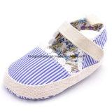 青く白い縞の赤ん坊靴