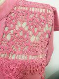 流行の先端を行く女性は適合のかぎ針編みのレースのセクシーなTシャツを細くする