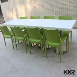 의자를 가진 단단한 지상 돌 대중음식점 테이블