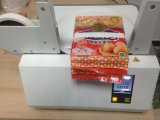 Prendendo com correias o uso da máquina no campo da impressão para empacotar partes
