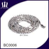 L'ultimo branello lungo operato della sfera dell'oro dell'acciaio inossidabile concatena la collana