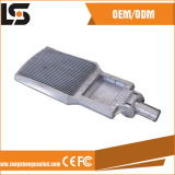 La lampada vicino i prodotti di alluminio del dissipatore di calore della pressofusione