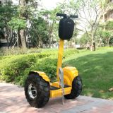 Selbst, der elektrischer Kind-Fuss-elektrischen Roller balanciert