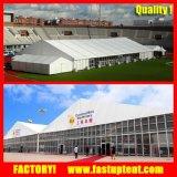 La grande tente industrielle de mémoire avec l'aluminium lambrisse le mur