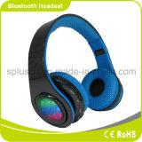 Modèle de mode avec l'écouteur stéréo de Bluetooth d'Indicateur LED