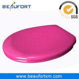 Assento e tampa cor-de-rosa de toalete da cor