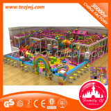 O campo de jogos interno da zona da brincadeira caçoa o castelo impertinente plástico