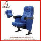 プラスチックカップ・ホルダーが付いている流行の映画館の椅子