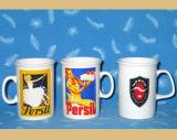 A caneca cerâmica relativa à promoção com projeta o logotipo