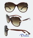 Gafas de sol plásticas de la manera del nuevo diseñador de la marca de fábrica para las mujeres con su insignia (DP1120YZ)