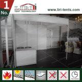 무역 박람회 옥외 천막 안쪽에 판매를 위한 모듈 전람 부스