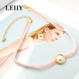 薄いピンクのビロードの鎖の白い半分の模倣真珠のチョークバルブのネックレス