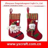 Le père noël, bonhomme de neige décorant la chaussette de cadeau de Noël