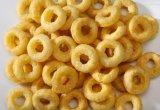 Alimento soprado dos petiscos do milho que faz a maquinaria