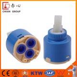 Cartucho de cerámica plástico de desocupado de la base de válvula del grifo del solo lacre con el distribuidor