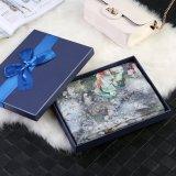 Fleurs sur l'écharpe grise de cadeau de mode