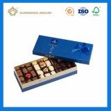 高く贅沢な金カードチョコレート内部の皿が付いている包装のギフト用の箱(浮彫りになるロゴと)