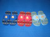 De Wipschakelaar Sandals van EVA van kinderen met het Rode Embleem van de Zool en van de Druk