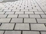 自然な灰色の花こう岩のタイルまたは建築プロジェクトのために特定のサイズにカットされて