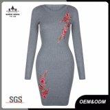 女性は骨がある花の刺繍のセーターの服を作る