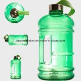 Garrafa de água bebendo com punho