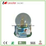 Globo dipinto a mano della neve del mestiere della resina con la costruzione per la decorazione ed il ricordo domestici