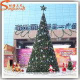 La Navidad artificial del nuevo paisaje del diseño adorna el árbol