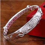 Ragazza fortunata del braccialetto d'argento 999