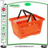 Le plastique en gros de supermarché portent le panier à provisions