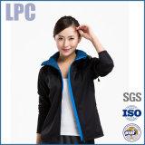 方法屋外の女性の黒いコートの女性Softshellジャケット