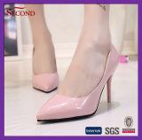 Zapatos acentuados sostenidos rosados atractivos del alto talón