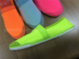 夏の明るいカラーExtremlyの柔らかい靴