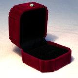 Довольно темнота - красная коробка ювелирных изделий