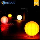 Balões infláveis do diodo emissor de luz que penduram decorações infláveis feitas sob encomenda das esferas do Natal do balão