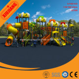 子供の遊園地、幼稚園の運動場の大きいスライド