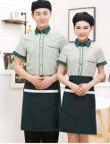 L'uniforme propre de à manches courtes de fonction de café