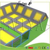 بنية يمدّد ملعب تدريب [ترمبولين] تسلية مع زبد حفرة