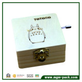 Totoroの習慣によってクランクを手で回される木のオルゴール