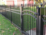 2つの柵によって電流を通される錬鉄の金属の囲うこと