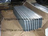 電流を通された波形の屋根ふきの鋼板