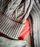 Le chapeau tricoté, écharpe, gants a placé pour l'hiver