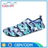 新式の人浜は靴の水の靴を遊ばす