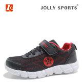 子供の方法は子供の男の子の女の子のための運動靴を遊ばす
