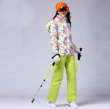 スノーボードのスキージャケットの女性のスキー衣服