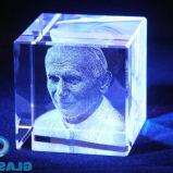 Laser que grava o bloco do cubo do cristal com fotos