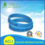 Bracelete feito sob encomenda do Wristband da borracha de silicone de Debossed da forma do fabricante para o presente relativo à promoção